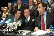 Ruiz-Mateos junto a algunos de sus hijos en una rueda de prensa en 2011.
