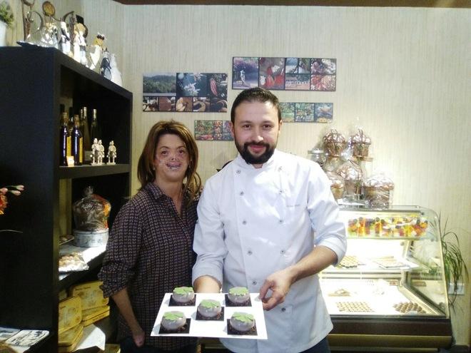 Fide Mirón (i) y el pastelero Fidel Rico (d), en la presentación de este dulce solidario.