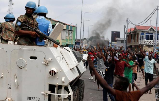Los residentes cantan lemas contra el presidente congoleño, Joseph Kabila, junto a la Misión de Estabilización de la Organización de las Naciones Unidas.