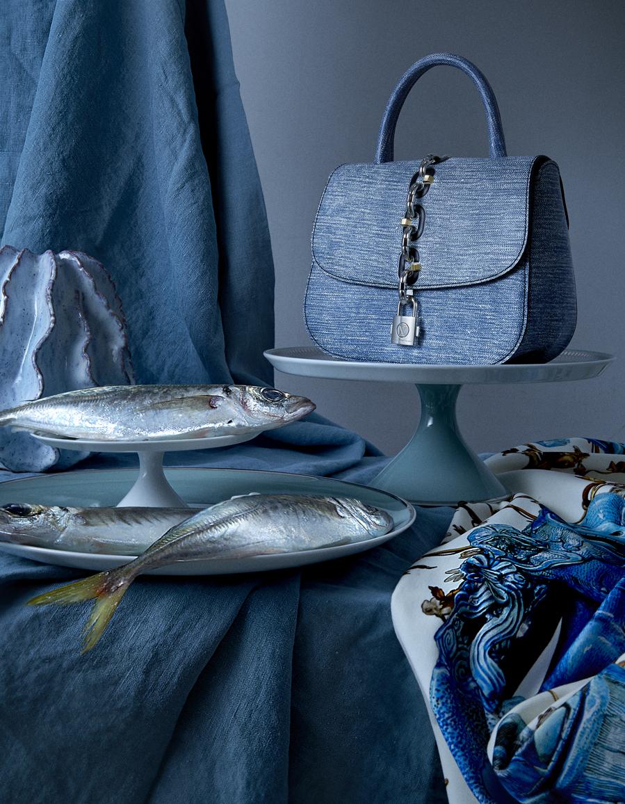Bolso de piel,  de Louis Vuitton.  Jarrón con forma  de coral y...