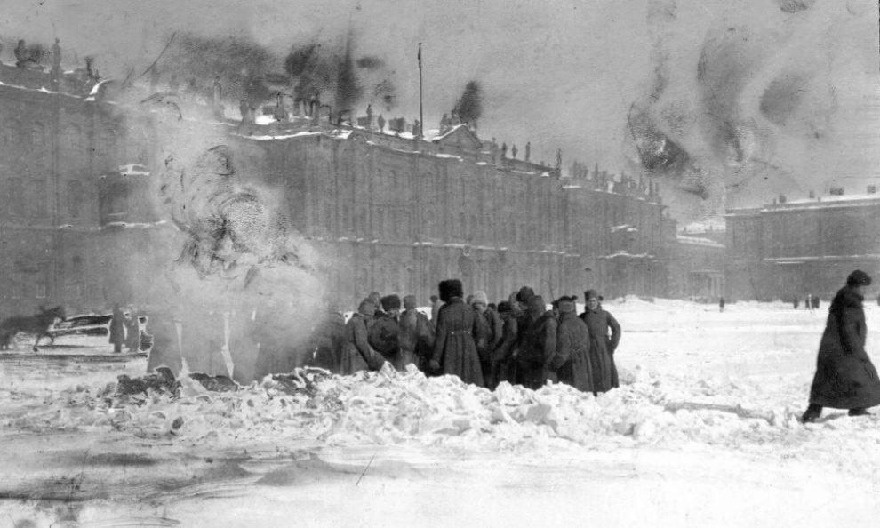 Soldados delante del Palacio de Invierno para enterrar a las víctimas...