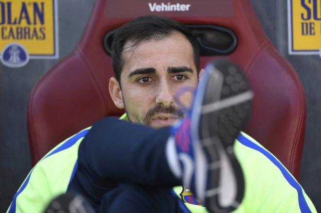 Alcácer aguarda su oportunidad en el banquillo en un partido del Barcelona de esta temporada.