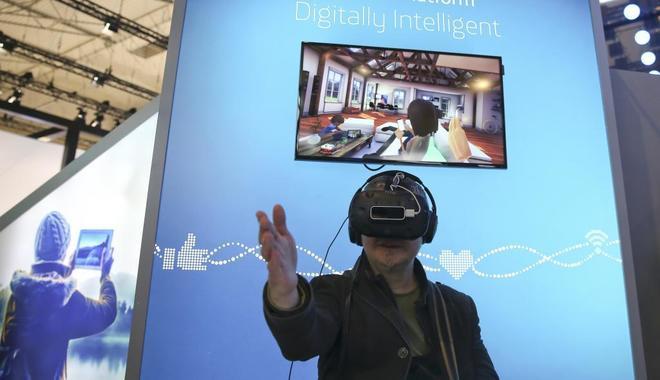 Un hombre prueba las gafas VR en la estan de Telefónica durnate Mobile World Congress.