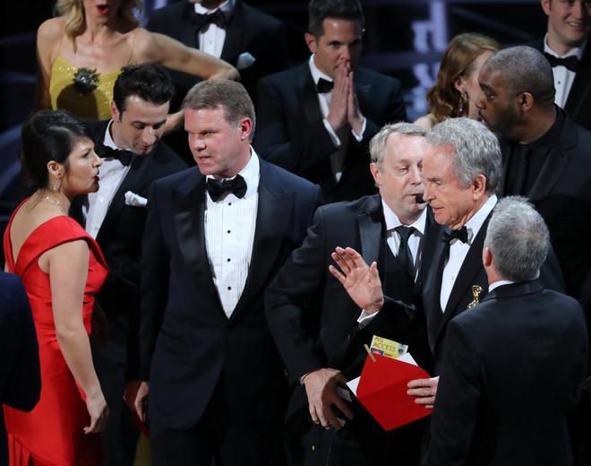 Ruiz (de rojo) y Cullinan (en el centro) en pleno desconcierto con Beatty.