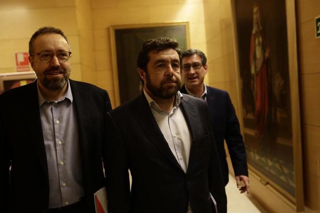 Miguel Gutiérrez (centro), junto a los diputados Juan Carlos Girauta...