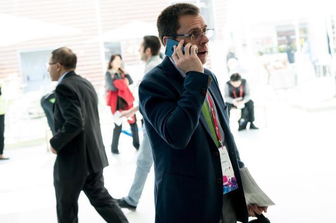 Un visitante habla por su teléfono móvil durante el último día del Mobile World Congress.