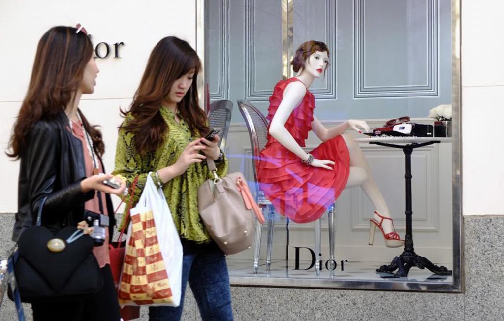 Dos turistas asiáticas pasan ante una tienda de lujo en Madrid.