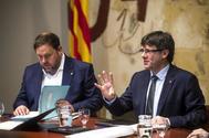 El presidente de la Generalitat, Carles Puigdemont, junto al vicepresidente del Govern, Oriol Junqueras.