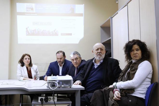 El equipo de Pedro Sánchez presentando la pagina web y el...