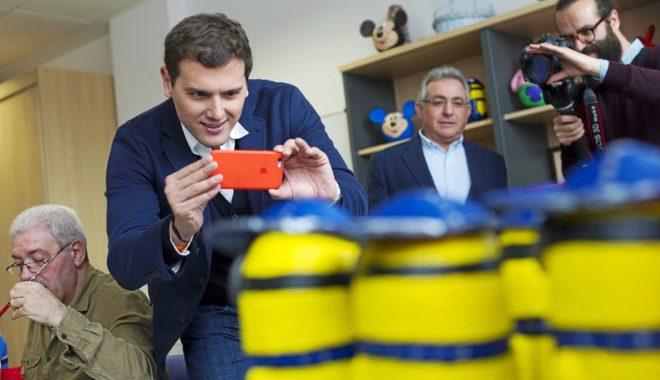 Albert Rivera toma una fotografía con su móvil durante la visita a...