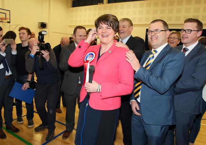 Arlene Foster, líder del Partido Unionista Democrático (DUP), tras emitir su voto.
