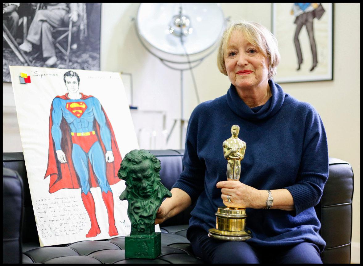 Yvonne Blake, en su casa cerca de Madrid, con el Oscar por Nicolás y...