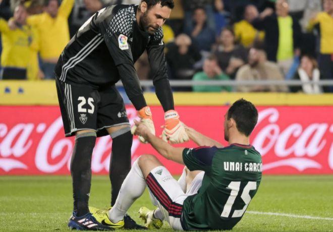 Sirigu consuela a Unai García tras el gol en propia meta.