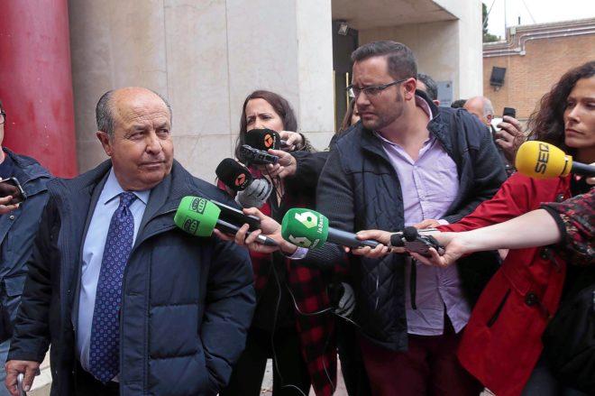 José Hurtado, interpelado por los periodistas cuando fue a declarar por la 'operación nazarí'.
