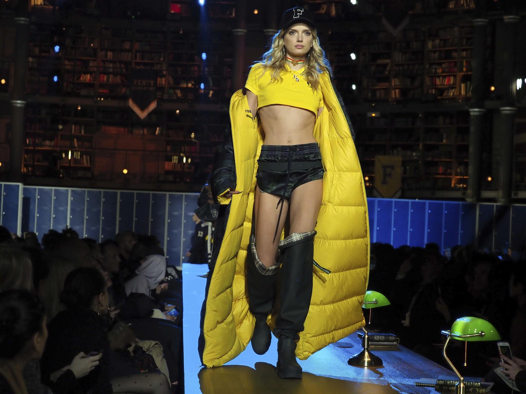 Rihanna presentó su nueva colección de ropa  en la Semana de la Moda en París [VIDEO]