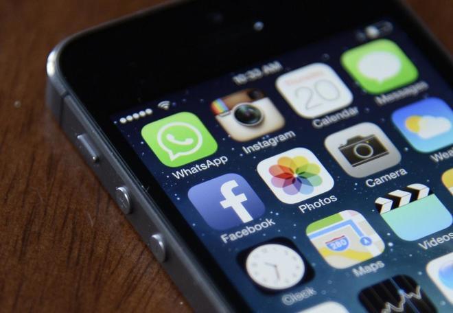 Fotografía de un teléfono que muestra la aplicación de Facebook en un iPhone en Nueva York.