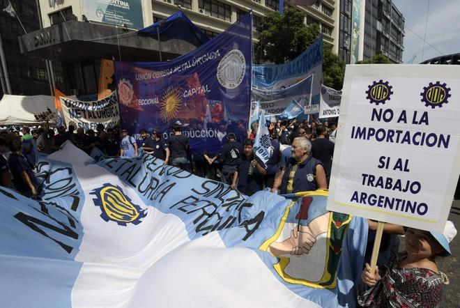 Miles de personas se manifiestan en Buenos Aires contra el Gobierno de Macri.