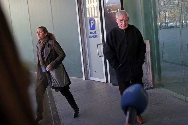 Montull junto a su hija a las puertas de la Ciutat de la Justícia la semana pasada