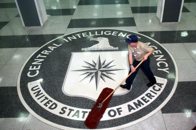 Un trabajador limpia el hall de la sede de la CIA en Langley, Estados Unidos.