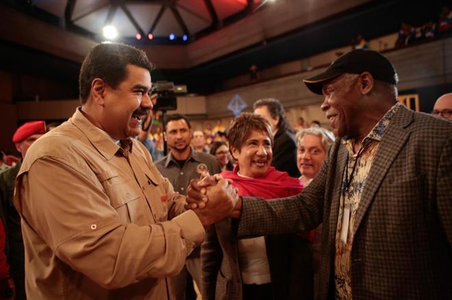 Nicolás Maduro saluda al actor estadounidense Danny Glover, el martes en Caracas.