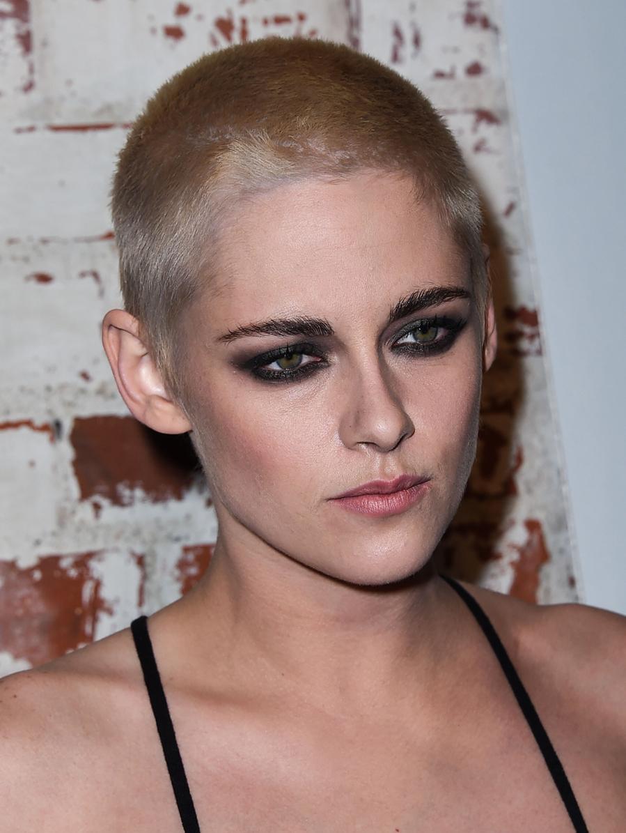 Kristen Stewart, con su nuevo look, en la premiere de la película...