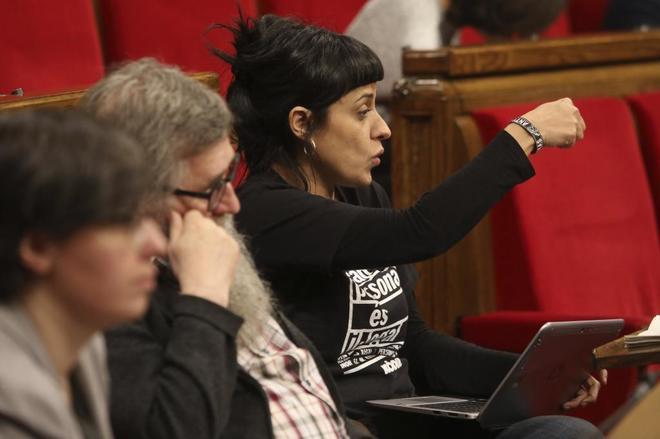 La diputada de la CUP, Anna Gabriel, durante una internvención en el Parlament.