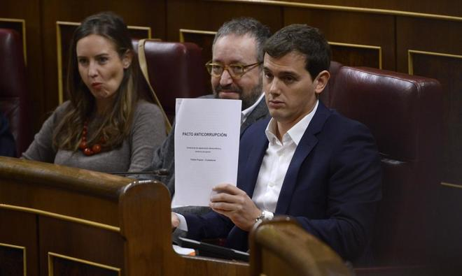 Albert Rivera exhibe el documento con las seis medidas anticorrupción...