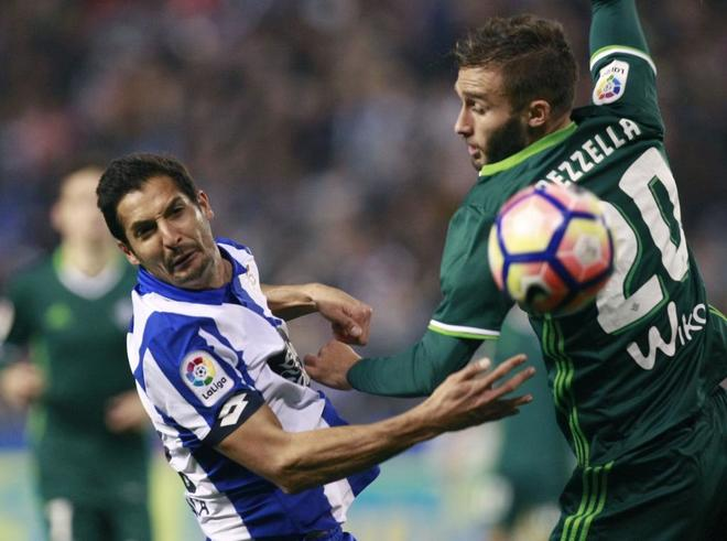 Pezzella y Borges (i) luchan un balón durante el Deportivo vs Betis.