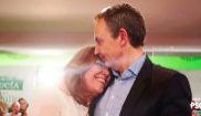 La secretaria general del PSOE de Andalucía, Susana Díaz, abraza al...