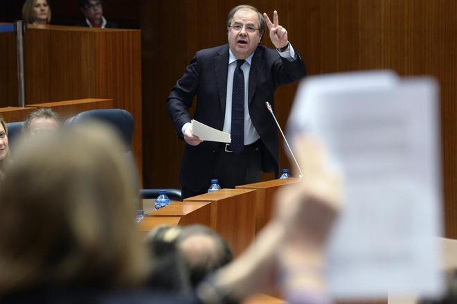 Juan Vicente Herrera, presidente de Castilla y León, responde a una...