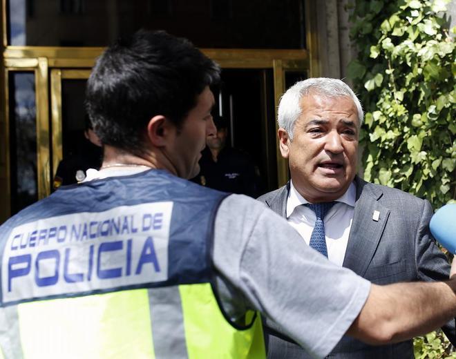 Luis Pineda durante el registro de las oficinas de Ausbanc en Madrid, en abril del año pasado.