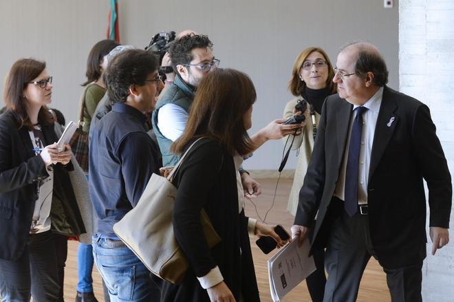 Juan Vicente Herrera (derecha), en los pasillos de las Cortes de...
