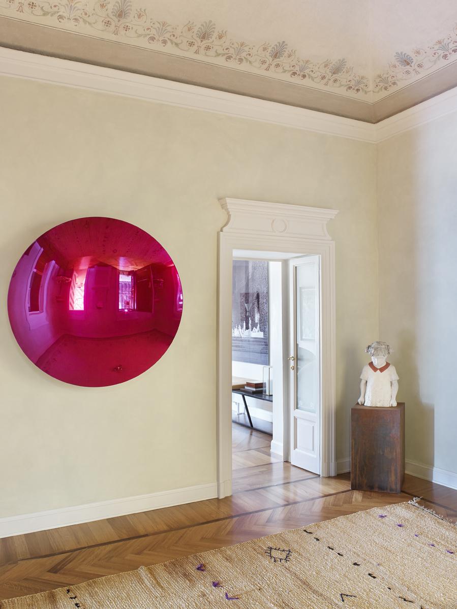 Escultura de Valerio Berruti y disco de la artista Anish Kapoor.