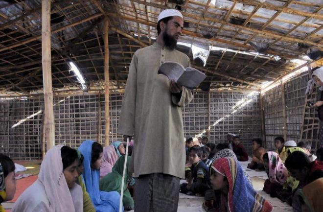 Mohamad Hanif, uno de los clérigos, lee textos religiosos a los niños en Balikhali.