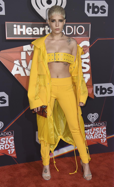 La cantante, con un look monocolor, utilizó un cinturón como top...