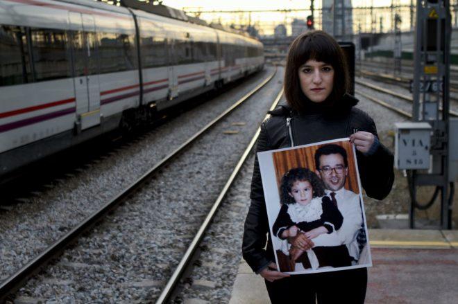 Vera de Benito sosteniendo una fotografía con su padre, víctima del atentado del 11-M, en una imagen de archivo.