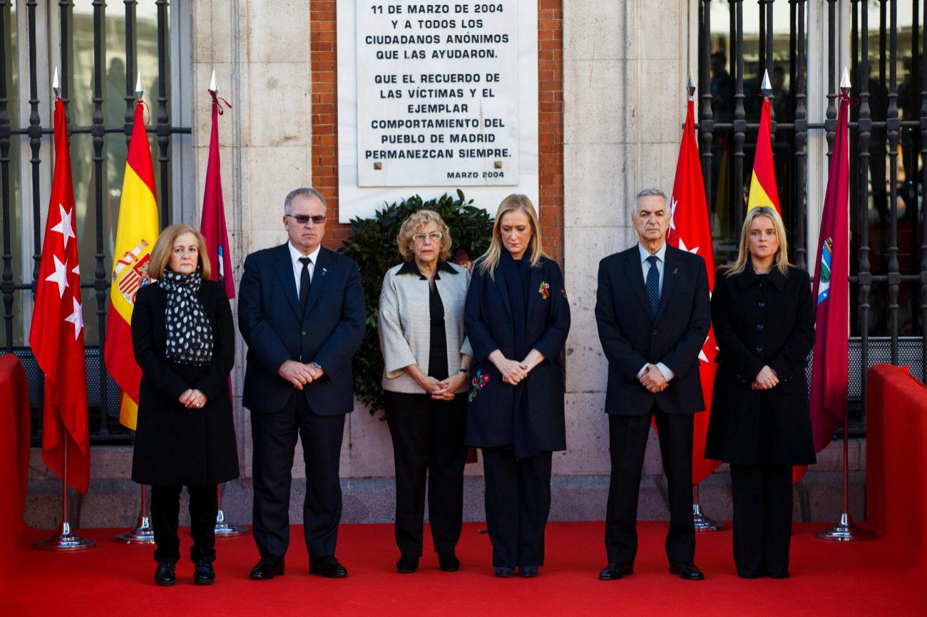 Junto a la placa que homenajea a los fallecidos, los heridos y a quienes les socorrieron estaban la Presidenta de la Comunidad de Madrid, Cristina Cifuentes, y la Alcaldesa de Madrid, Manuela Carmena. A diferencia del año pasado, el presidente del Gobierno, Mariano Rajoy, no ha acudido al acto.