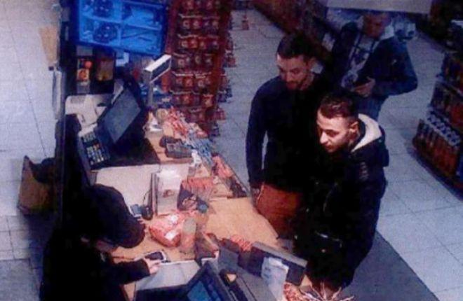 Mohamed Abrini (c) comprando en una gasolinera del norte de París junto a Salah Abdeslam (d).