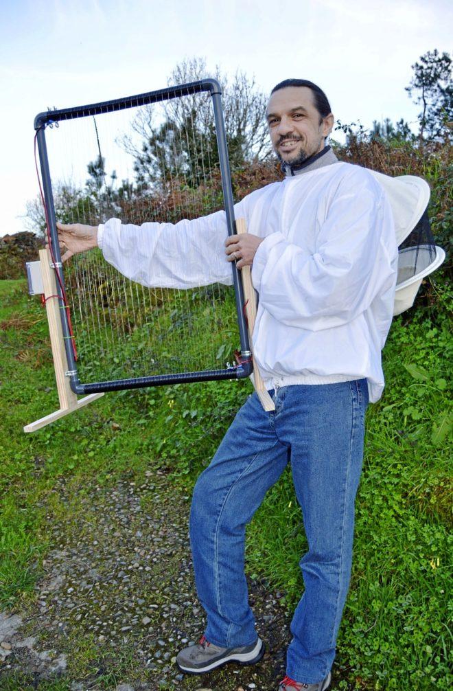 El sistema ideado por Dieter Boisits, en la foto con el arpa eléctrica, caza a las avispas por su gran tamaño (de 3 a 4 cm)