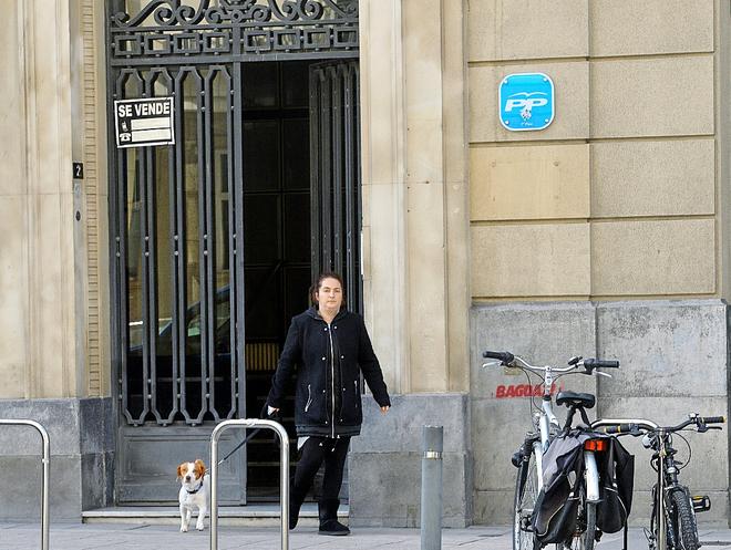 La senadora repudiada por Podemos, Elvira García, saliendo este...