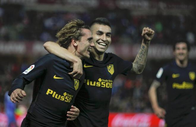 Griezmann y Correa celebran el gol del Atlético en Los Cármenes.