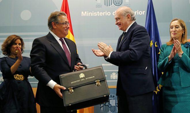 El ministro del Interior saliente, Jorge Fernández, entregando la cartera al titular actual, Juan Ignacio Zoido.