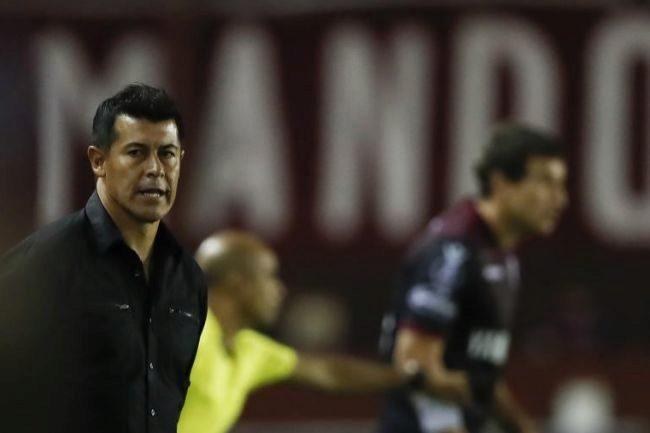 El entrenador de Jorge Francisco Almirón, durante un partido de Lanús.