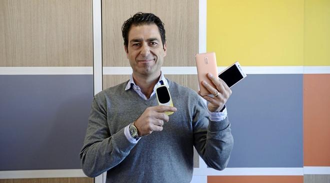 El vicepresidente para América en HMD Global, Maurizio Angelone, posa en el 'stand' de la compañía durante el Mobile World Congress.