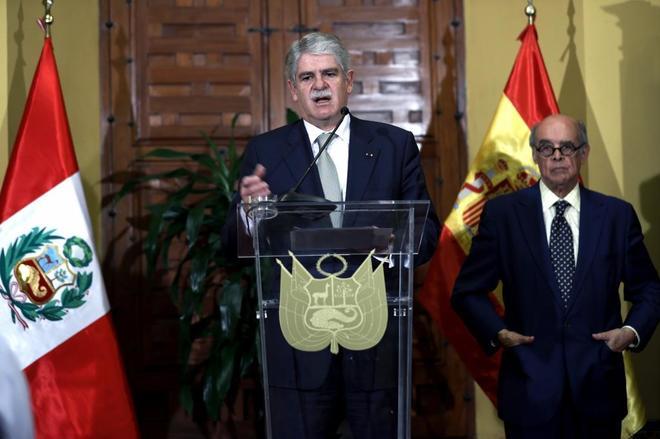 El ministro español de Asuntos Exteriores, Alfonso Dastis, con su homólogo peruano, Ricardo Luna, durante el encuentro que han mantenido en la sede de la Cancillería, hoy en Lima.
