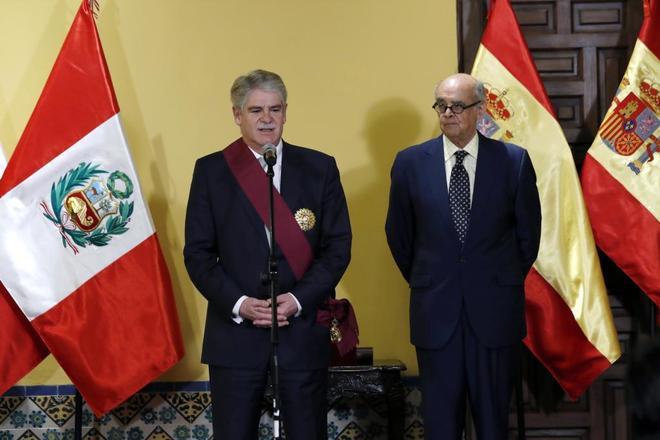 Alfonso Dastis y su hómologo peruano, Ricardo Luna, tras su encuentro en Lima.