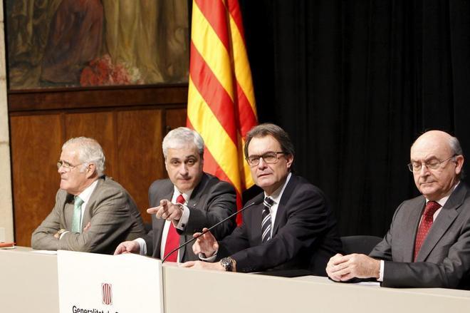 Germà Gordó hace una señal con la mano a Artur Mas durante un acto...