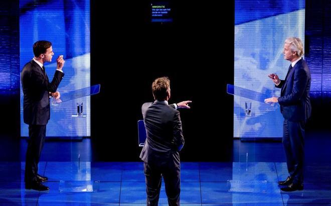 Mark Rutte (izqda) y Geert Wilders (dcha), durante el 'cara a cara' televisivo por las elecciones.