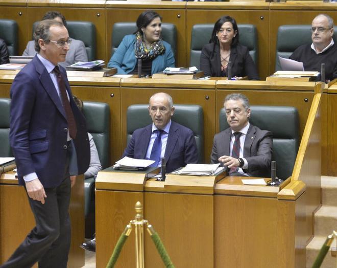 El presidente del PP vasco, Alfonso Alonso, en el Parlamento frente al...