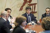 Carles Puigdemont, ayer, presidiendo la reunión del Gobierno junto a...
